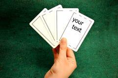 Mano que sostiene tarjetas del póker fotografía de archivo libre de regalías