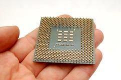 Mano que sostiene un microprocesador Foto de archivo