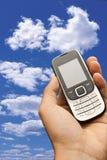 Mano que sostiene un teléfono celular Imagen de archivo libre de regalías