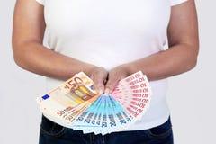 Mano que sostiene un ventilador de billetes de banco euro. Imagenes de archivo