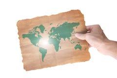 Mano que sostiene una correspondencia del papel del mundo Foto de archivo libre de regalías
