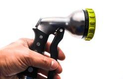 Mano que sostiene una regadera de la manguera del agua con el espray ajustable de la ducha Imagen de archivo libre de regalías