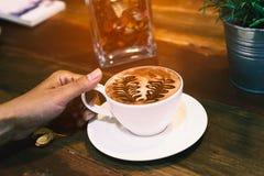 Mano que sostiene una taza de cacao caliente Foto de archivo