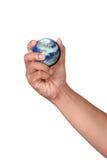 Mano que sostiene una tierra miniatura Imagen de archivo libre de regalías