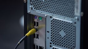 Mano que tapa el conector al PC de sobremesa, tecnología de computadora personal moderna de los sonidos almacen de metraje de vídeo