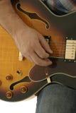 Mano que toca la guitarra Imágenes de archivo libres de regalías