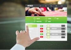 Mano que toca un tenis apostador del interfaz del App Foto de archivo