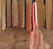 Mano que toma la tableta rosada Fotografía de archivo libre de regalías