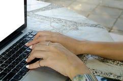 mano que trabaja en el ordenador portátil fotografía de archivo