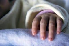 Mano recién nacida Imagen de archivo libre de regalías