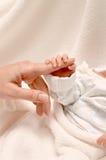 Mano recién nacida del bebé imagen de archivo libre de regalías