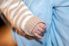 Mano recién nacida del bebé s Imagenes de archivo