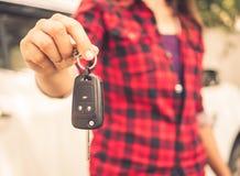 Mano retra que lleva a cabo los sistemas de alarma para coches teledirigidos Imágenes de archivo libres de regalías