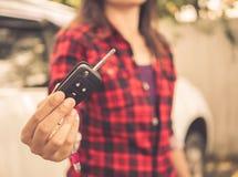 Mano retra que lleva a cabo los sistemas de alarma para coches teledirigidos Imagen de archivo