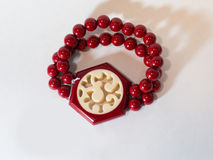 Mano roja de la pulsera en un fondo blanco Imagen de archivo libre de regalías