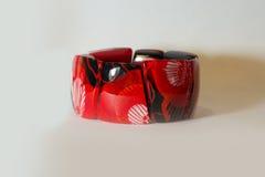 Mano roja de la pulsera en un fondo blanco Imagenes de archivo