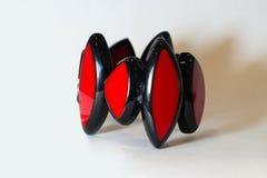 Mano roja de la pulsera en un fondo blanco Fotografía de archivo
