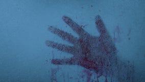 Mano sangrienta congelada en el hielo