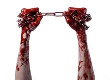 Mano sangrienta que sostiene la cadena, cadena sangrienta, tema de Halloween, fondo blanco, aislado Imagen de archivo