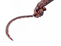 Mano sanguinosa che tiene una falce, falce sanguinosa, falce sanguinosa, tema sanguinoso, tema di Halloween, fondo bianco, isolat Fotografia Stock