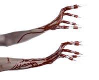 Mano sanguinosa con la siringa sulle dita, siringhe delle dita del piede, siringhe della mano, mano sanguinosa orribile, tema di  Immagini Stock