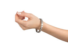 Mano sinistra delle donne con il braccialetto magnetico immagine stock libera da diritti