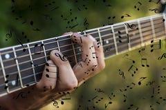 Mano sinistra di un uomo che gioca la chitarra fotografia stock