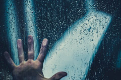 Mano sobre el vidrio después de la lluvia Foto de archivo libre de regalías