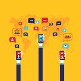 Mano social del hombre de negocios del concepto de la red con los elementos infographic elegantes móviles de la comunicación glob Fotografía de archivo libre de regalías