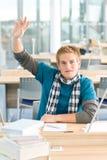 Mano sollevata - allievo maschio in aula Fotografia Stock Libera da Diritti