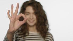 Mano sonriente de la autorización de la demostración de la muchacha Retrato del gesto sonriente de la autorización de la demostra almacen de video
