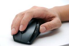 Mano su un mouse del calcolatore Fotografia Stock Libera da Diritti