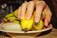 Mano sulla banana fotografia stock