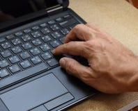 Mano sulla disposizione di tastiera Inglese-tailandese del computer portatile Fotografia Stock Libera da Diritti