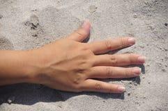 Mano sulla sabbia Fotografia Stock