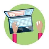 Mano sulla tastiera del computer portatile con il monitor dello schermo Immagini Stock Libere da Diritti
