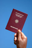 Mano tedesca del passaporto Fotografie Stock Libere da Diritti