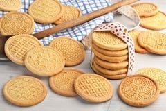 Mano timbrata intorno ai biscotti di burro Immagine Stock Libera da Diritti