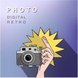 Mano a tirar en la cámara Imagen de archivo libre de regalías
