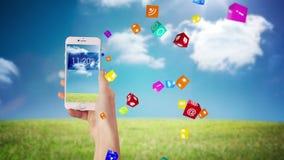 Mano usando apps en smartphone almacen de metraje de vídeo
