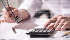 Mano usando la calculadora, concepto de contabilidad, efecto luminoso, sobrepuesto con los diagramas fotos de archivo