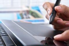 Mano usando la tablilla digital de la pluma Imagen de archivo libre de regalías