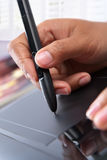 Mano usando la tablilla digital de la pluma Fotografía de archivo libre de regalías