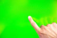 Mano verde del hombre de la pantalla de Digitaces Fotos de archivo libres de regalías