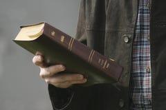 Mano y biblia Fotos de archivo libres de regalías