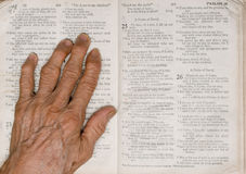 Mano y biblia Imagen de archivo libre de regalías