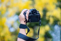 Mano y cámara y viaje fotografía de archivo