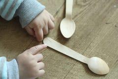 Mano y cuchara Imagen de archivo libre de regalías