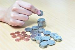 Mano y dinero en el escritorio Fotos de archivo
