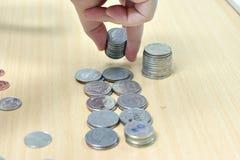 Mano y dinero en el escritorio Imágenes de archivo libres de regalías